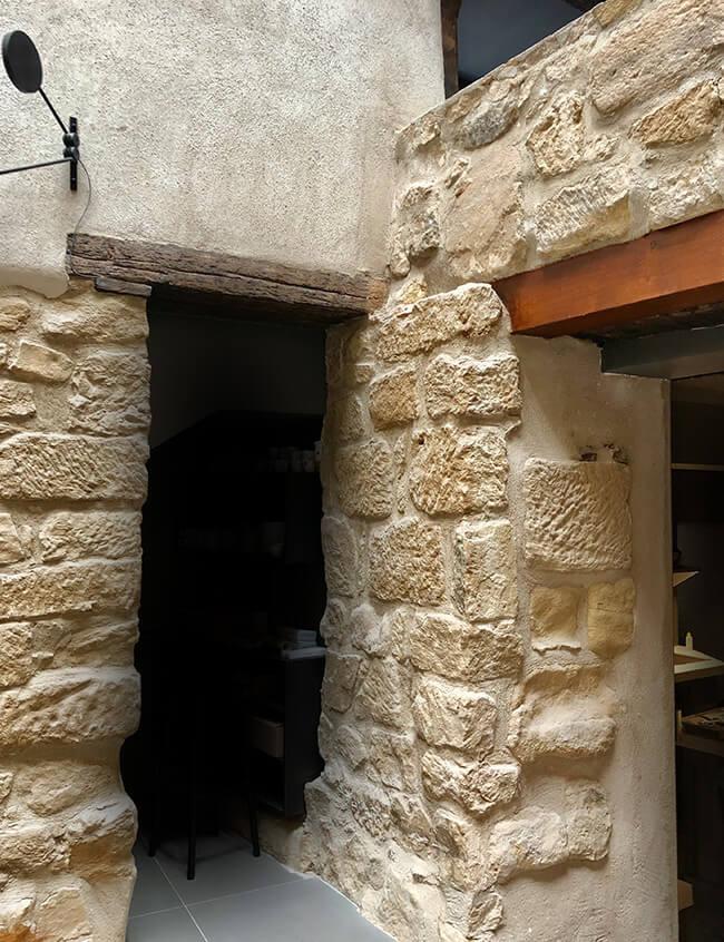 Paños de piedra a la entrada de la cocina de Nublo Restaurant